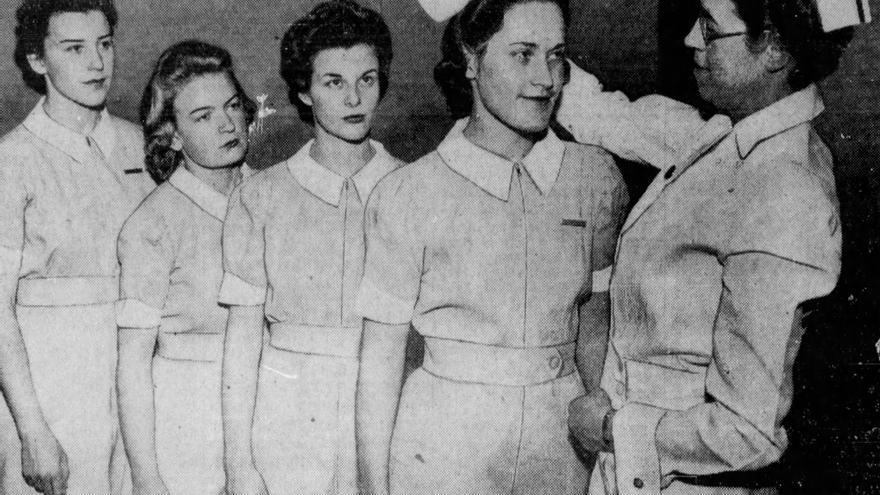 Lucille Laxalt (segunda por la derecha) en la ceremonia que da por finalizada los primeros tres meses de prueba en la escuela de enfermería (The San Francisco Examiner, 21 de diciembre de 1941).