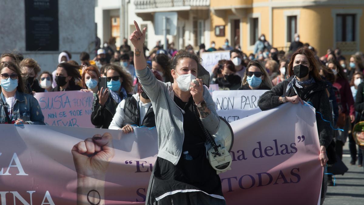 """Varias mujeres participan en una manifestación en apoyo a las 87 mujeres que en 2019 fueron grabadas """"sin autorización"""" mientras orinaban en la vía pública."""