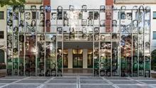 El frente del Casino de Oficiales, donde funcionaba el centro clandestino de detención, hoy convertido en Sitio de Memoria, con los rostros de los desaparecidos.