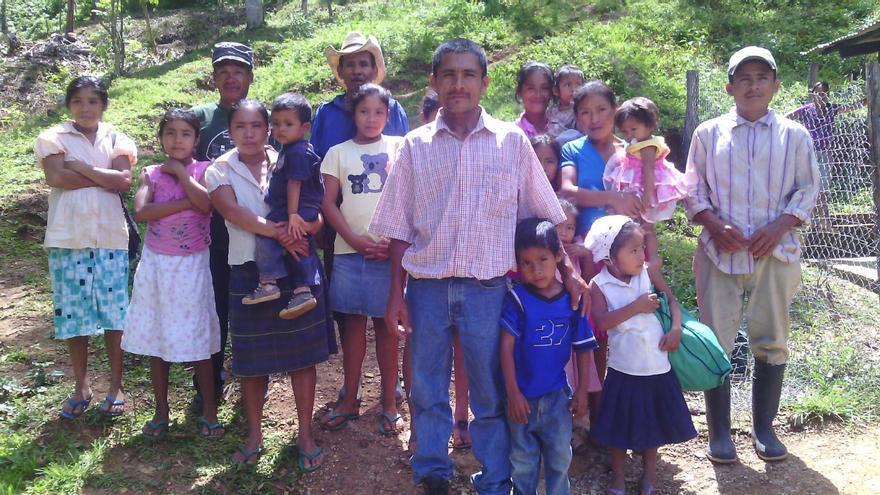 Una gran familia de indígenas tolupanes en Honduras. Foto: Nery Tejada / FUNACH / Ayuda en Acción