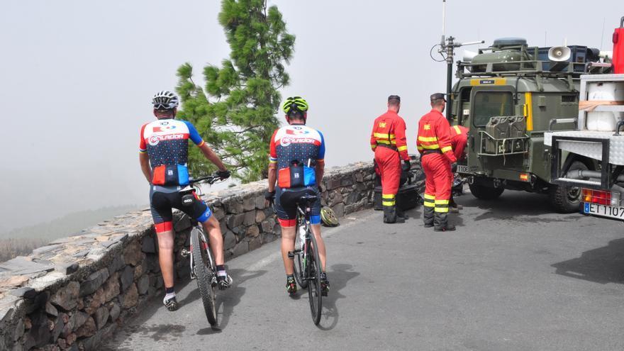 Ciclistas y miembros de la UME en el Pico de las Nieves