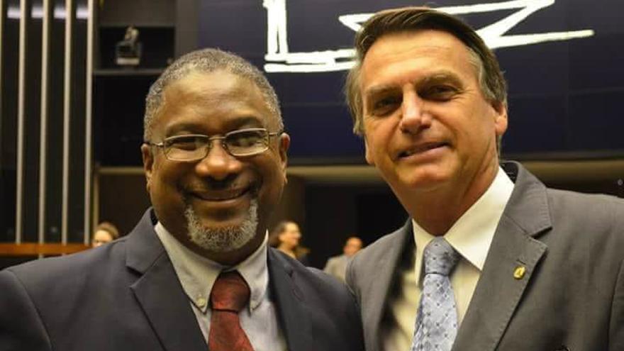 El pastor Raúl José Ferreira Jr., responsable de introducir los estudios bíblicos en el Senado, con el Presidente Jair Bolsonaro.