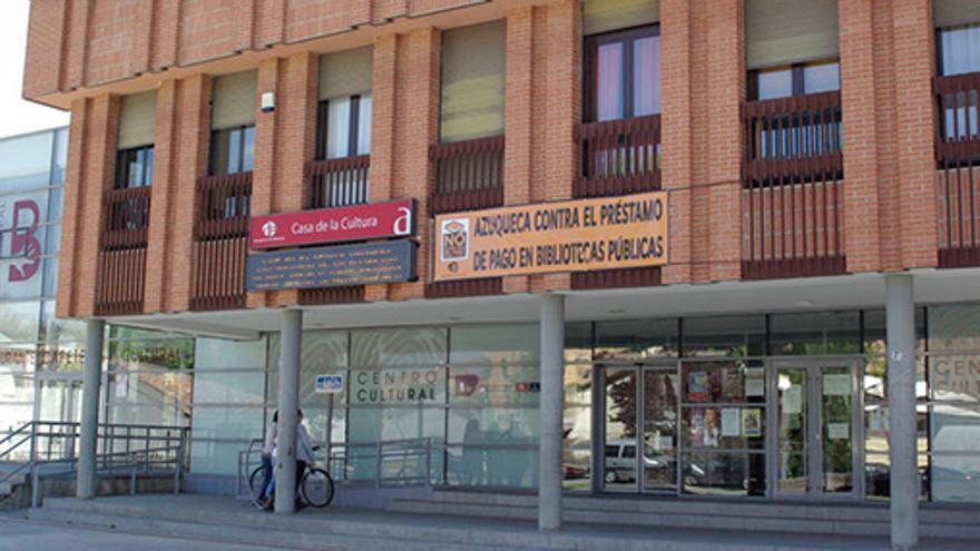 Biblioteca de Azuqueca de Henares (Guadalajara) con la pancarta puesta. / Foto: Ayuntamiento