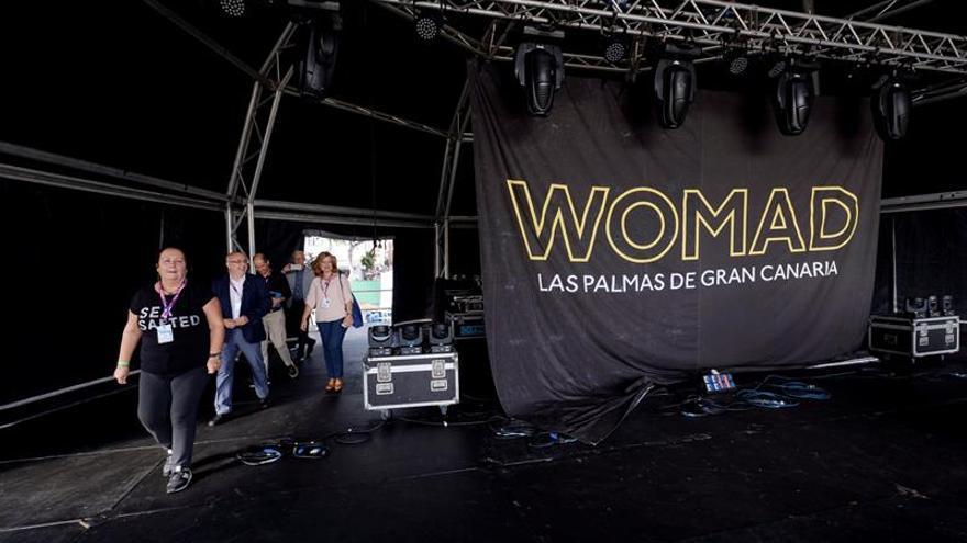 La directora de WOMAD España, Dania Dévora (i), acompaña al presidente del Cabildo de Gran Canaria, Antonio Morales (2i), y a la concejal de Cultura de Las Palmas, Encarna Galván (d), a conocer el escenario principal del festival