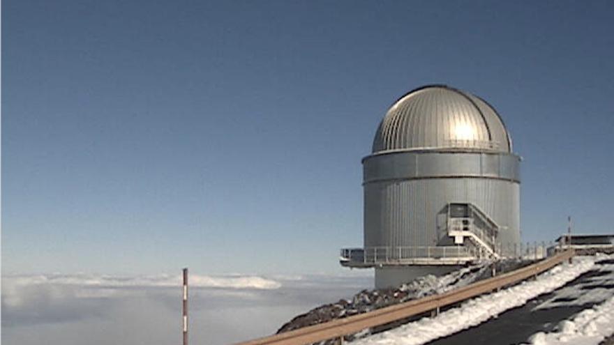 Entorno del Observatorio del Roque, en la mañana de este sábado, cubierto de nieve, con el Telescopio Óptico Nórdico (NOT).