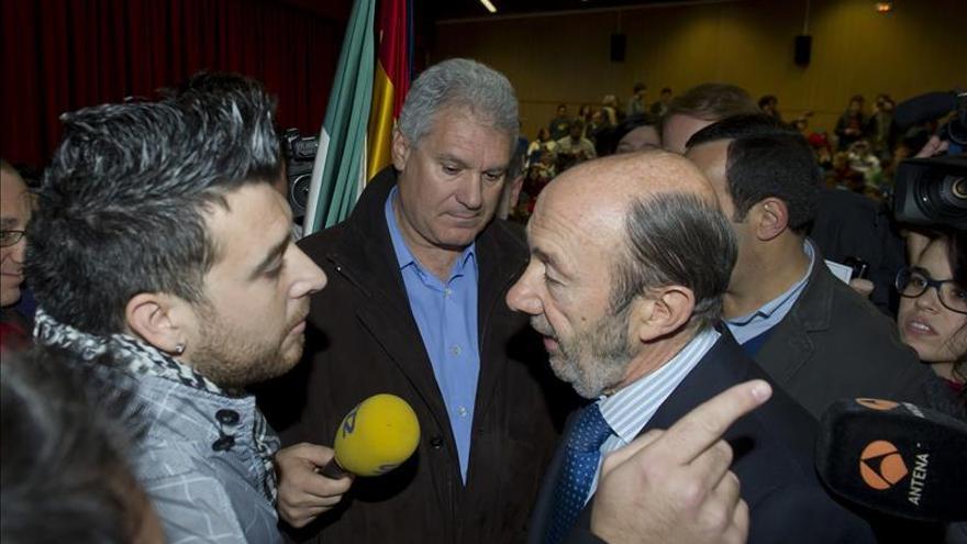 Suspenden una conferencia de Rubalcaba en la Facultad de Granada tras una protesta del 15M