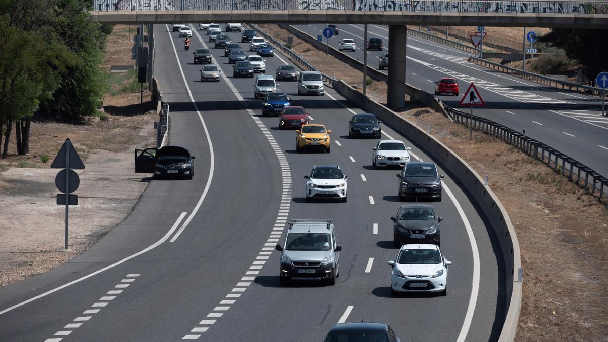 Tráfico en la A3 sentido Madrid a la altura de Rivas Vaciamadrid, este domingo. EFE/ Fernando Villar
