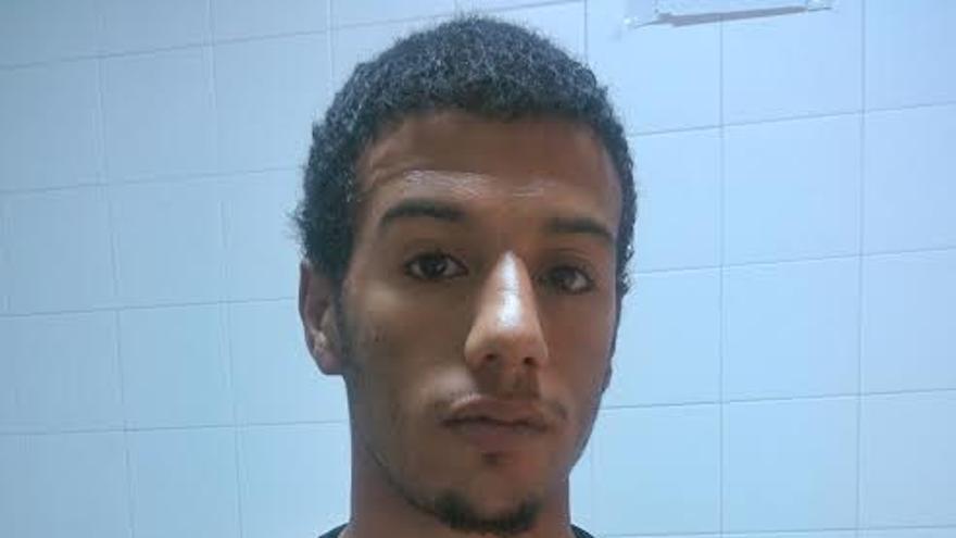 Rachid es argelino y lleva dos semanas en el CIE de Valencia. Muestra a cámara las picaduras de las chinches /FOTO: CIES NO