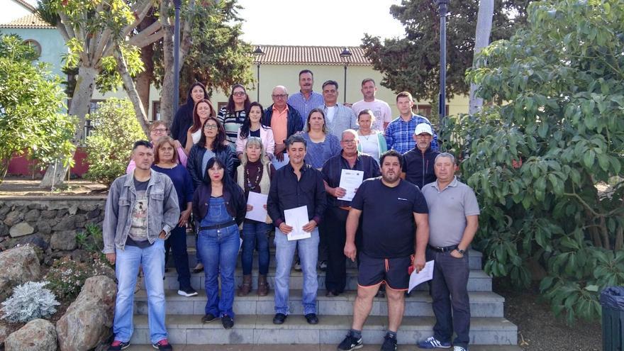 El alcalde de Puntagorda, Vicente Rodríguez (centro en la parte superior), con los alumnos-trabajadores y técnicos del proyecto 'Embellece Puntagorda'.