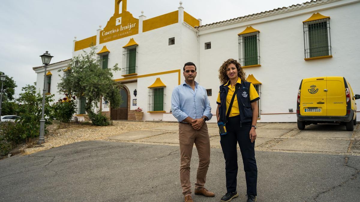 Jorge Delgado, usuario de Correos Cash, con la cartera María del Mar Ramírez en Iznájar (Córdoba).