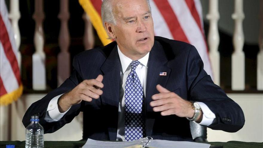 """Biden recuerda la """"obligación de actuar"""" para reducir la violencia con armas"""