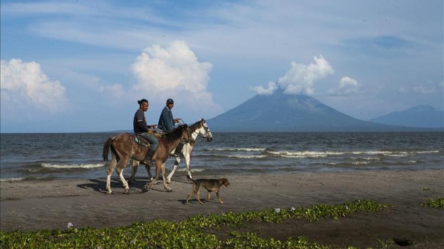 Autoridades de Nicaragua piden alejarse del volcán Momotombo por erupción