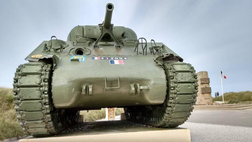 Un tanque de la época recuerda el lugar de desembarco de la 'Novena' española en Utah Beach. CARLOS FERRERAS