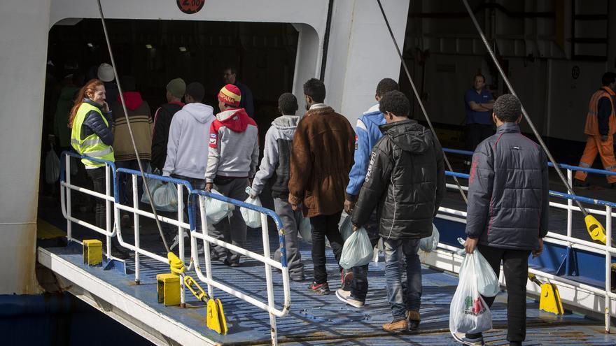 Inmigrantes subiendo al ferry en Lapedusa