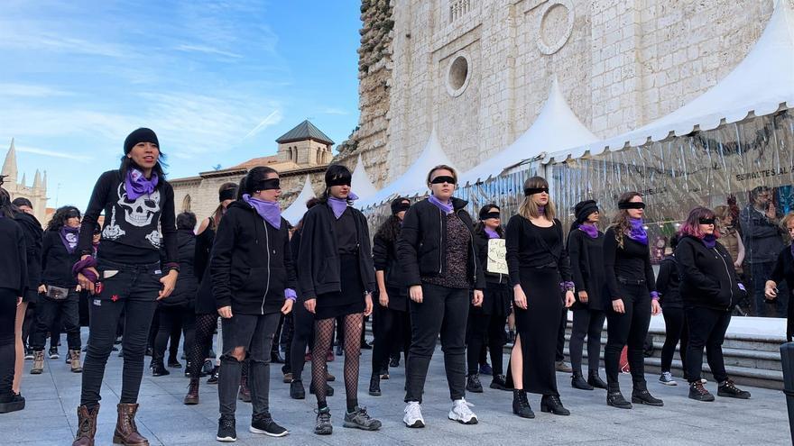 Feministas de Valladolid durante la performance 'un violador en tu camino'.