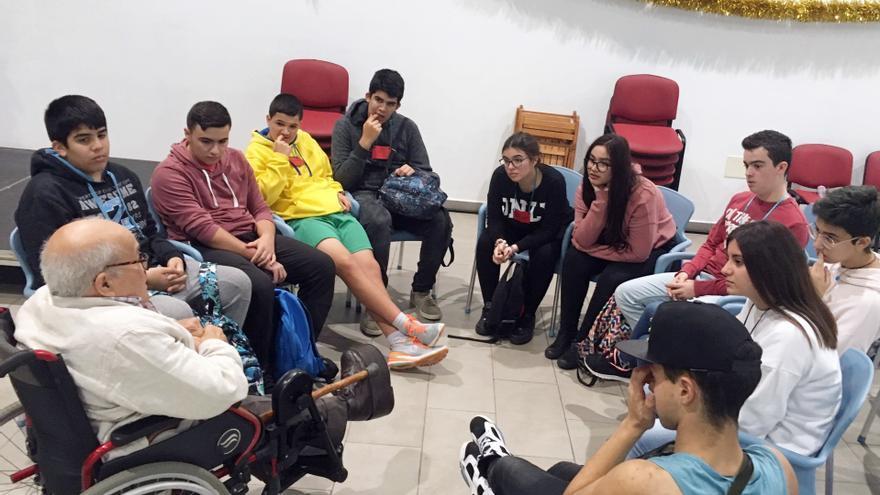 Alumnado de Villa de Mazo escucha a una persona con discapacidad.