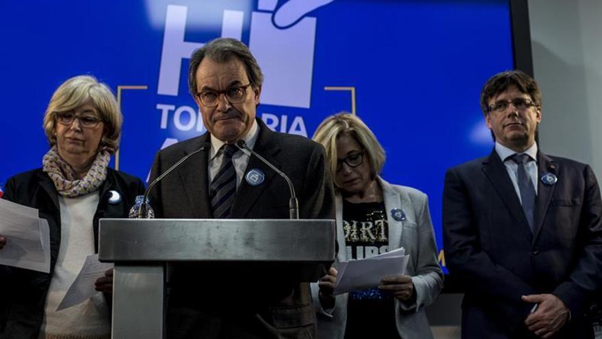 """Puigdemont dice que el proceso soberanista sale """"reforzado"""" tras la condena a Mas"""