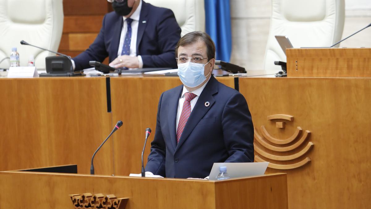 El presidente de Extremadura, Guillermo Fernández Vara, durante su intervención en el debate del estado de la región