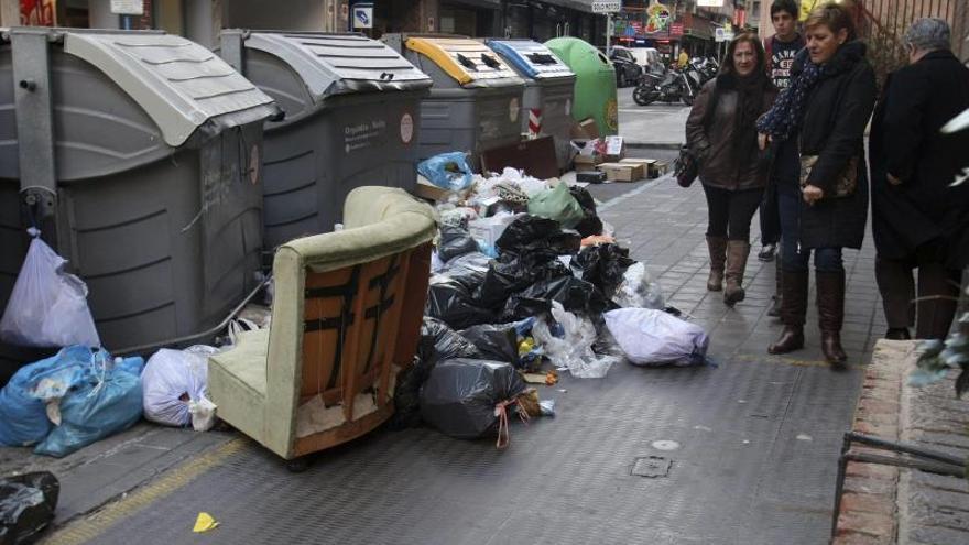 Mil toneladas de basuras en las calles de Alicante en el quinto día de huelga