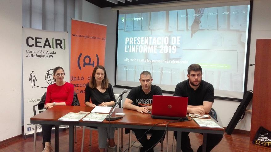 La presidenta de la Unió de Periodistes Valencians, Noe de la Torre, la técnica de CEAR-PV, Marta Pérez, el periodista Miquel Ramos y el técnico de CEAR, Adrian Caballero, durante la presentación del informe.