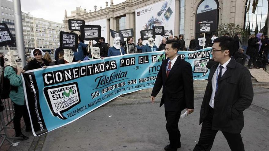 Un centenar de trabajadores sigue encerrado en la tienda Telefónica de Barcelona