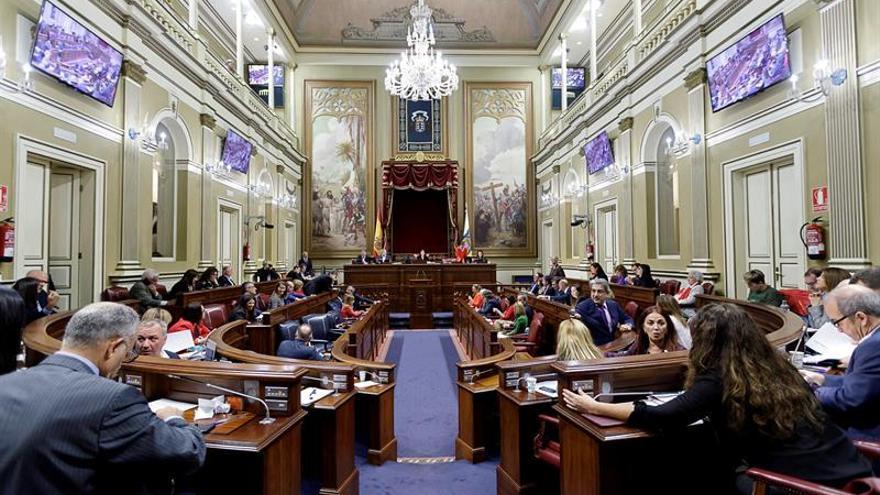 Un momento del pleno del Parlamento de Canarias donde se debaten los Presupuestos de la Comunidad Autónoma. EFE/ Ramón de la Rocha