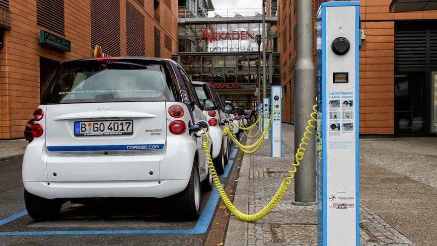 Una imagen cada vez más popular: la legión de Smart eléctricos de Car2Go para alquilar en el centro de las ciudades.