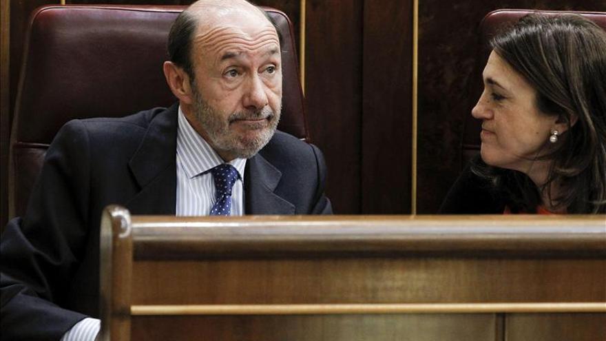 """Rubalcaba hace """"un striptease económico"""", ganó 67.229 euros en 2012"""