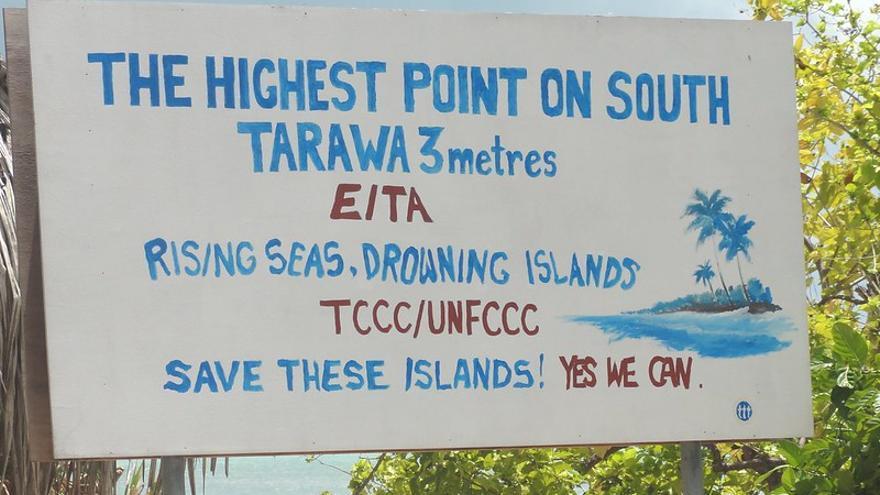 Cartel que alerta de la situación en Kiribati