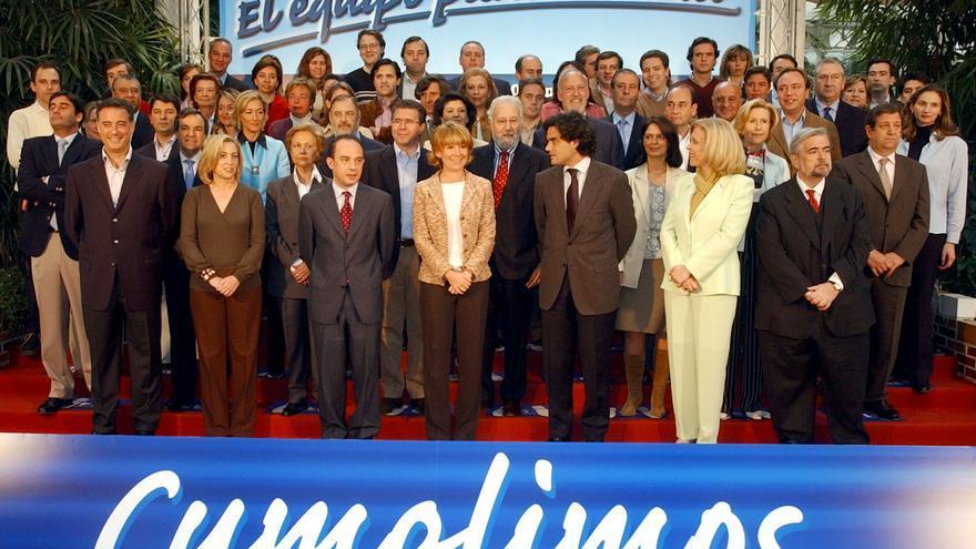 Madrid, 21/04/03.- La candidata del PP a la Presidencia de la Comunidad de Madrid, Esperanza Aguirre (c, primera fila), posa junto con los miembros que integran su candidatura a la Asamblea de Madrid y con los lemas que incluirá en su campaña electoral, durante la presentación hoy de esta lista electoral.