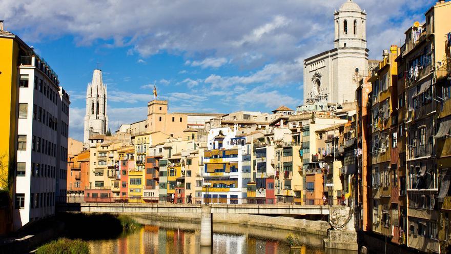 Casas de colores en las riveras del Río Onyar, una de las estampas típicas de Girona. VIAJAR AHORA