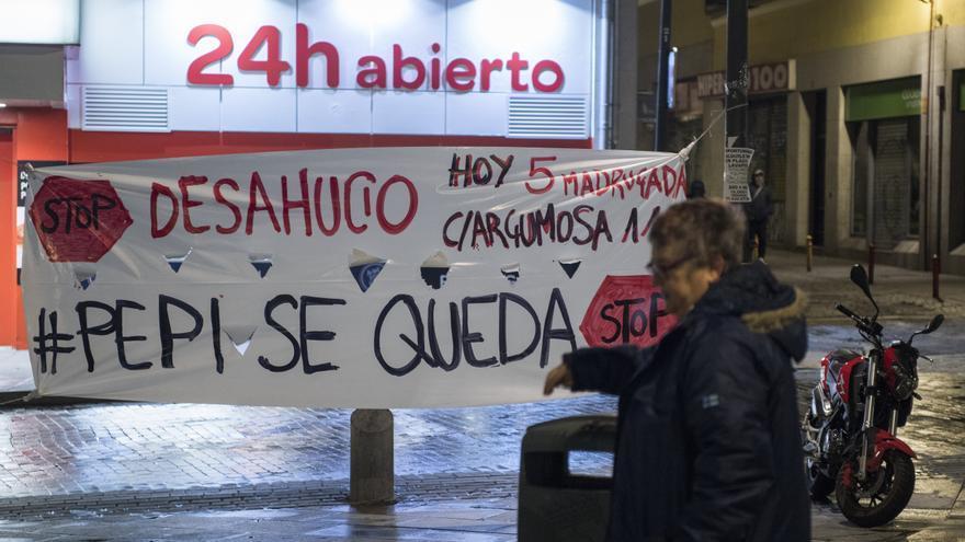 Imagen de archivo de una pancarta contra un desahucio en la calle Argumosa de Madrid.