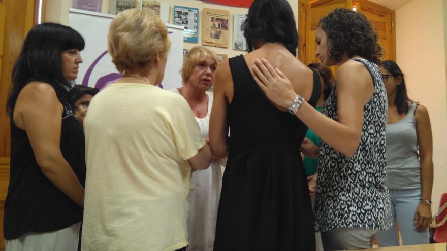 Sara, de espaldas, es consolada por integrantes de la Plataforma Cordobesa contra la Violencia a las Mujeres.