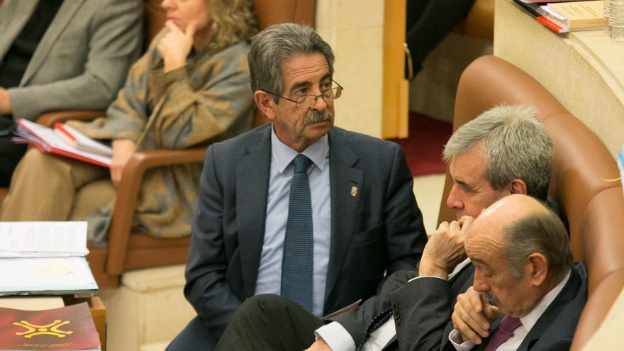 Miguel Ángel Revilla, líder del PRC, en el Parlamento de Cantabria.   ROMÁN GARCÍA