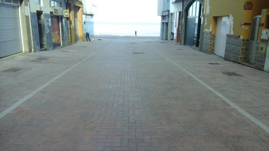 Una de las calles peatonalizadas que desembocan en la Playa de Las Canteras en el barrio capitalino de Guanarteme.
