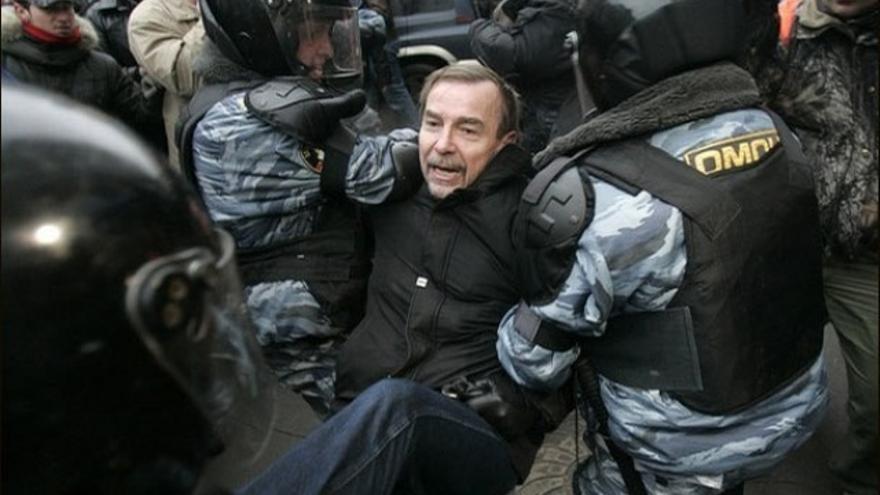 Detención de Ponomaryov durante un asalto policial contra una manifestación en Moscú en noviembre de 2007. www.zaprava.ru