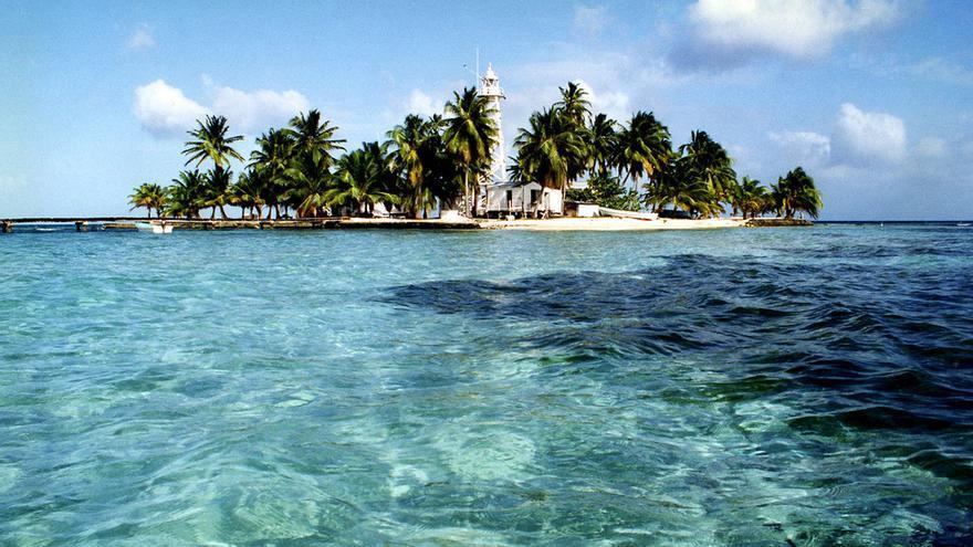 Uno de los atolones de la barrera de coral que protege a la costa de Belice. Anoldent