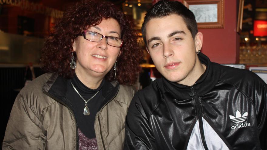 """Alfonso Fernández, """"Alfon"""", con su madre, Elena Ortega, en una cafetería de Vallecas (Foto: Olga Rodríguez)"""