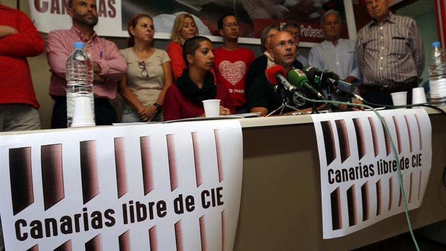 El coordinador territorial de la Comisión Española de Ayuda al Refugiado, Juan Carlos Lorenzo (d), y representantes de UGT, CCOO y Acción en Red Canarias . EFE/Elvira Urquijo A.