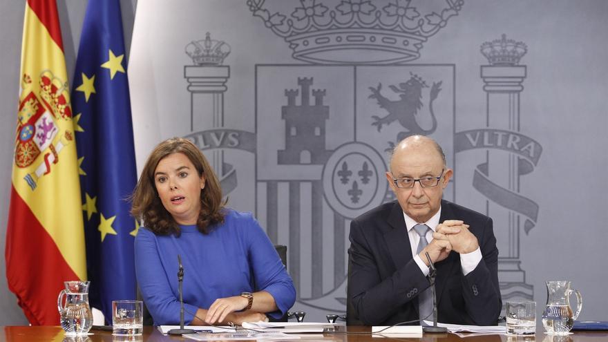 La vicepresidenta, ministra de la Presidencia y para las Administraciones Territoriales, Soraya Sáenz de Santamaría, y el ministro de Hacienda y Función Pública, Cristóbal Montoro.