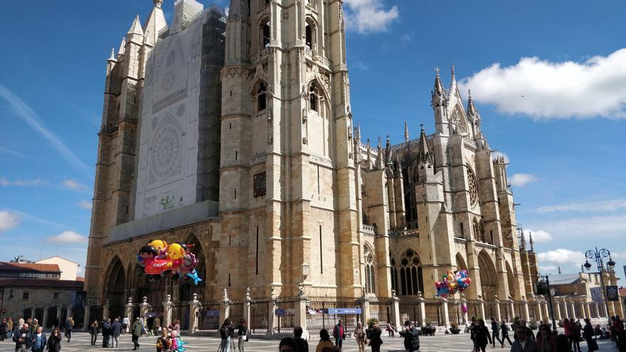 Catedral de León, actualmente con su rosetón principal en restauración