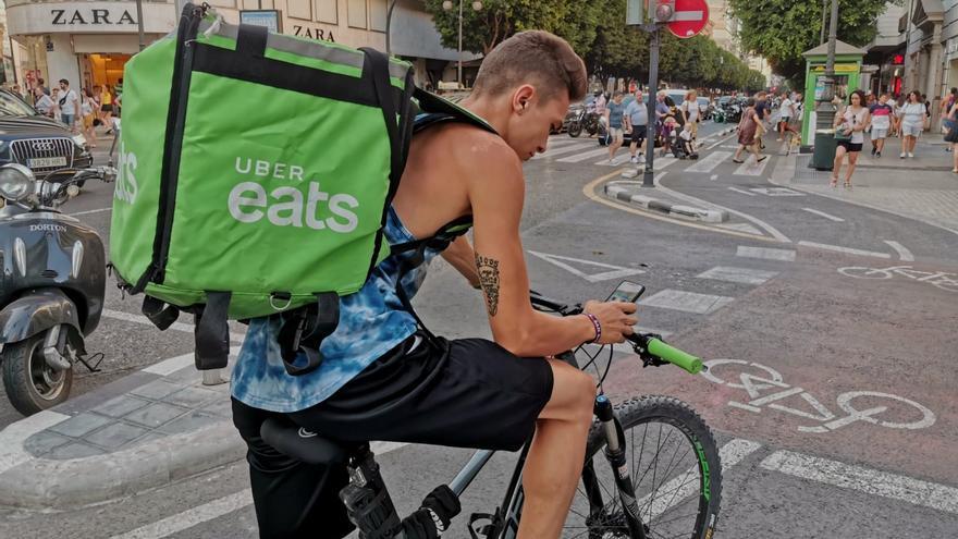 Un 'rider' circula por el anillo ciclista de Valencia.