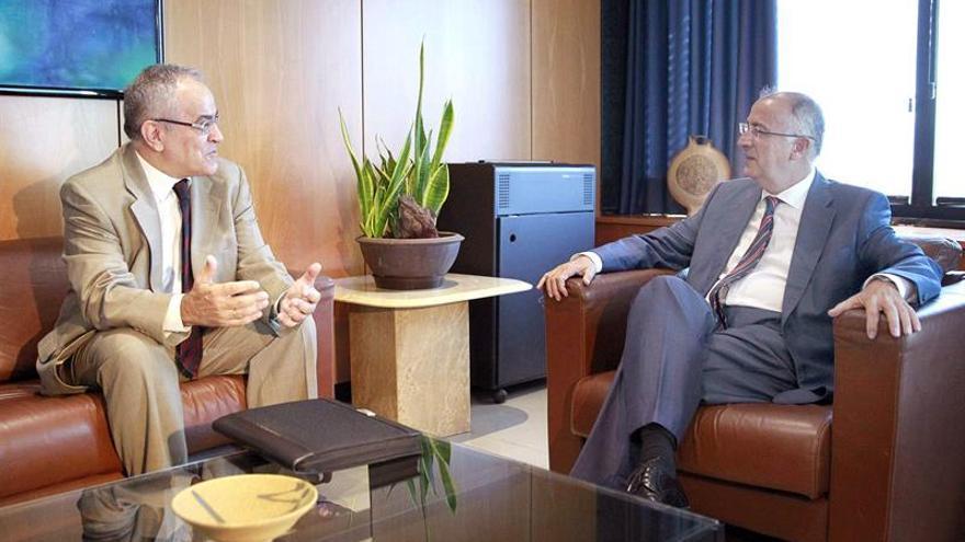 El consejero de Presidencia del Gobierno de Canarias, Francisco Hernández Spínola (d), junto al comisionado de Transparencia y Acceso a la Información Pública, Daniel Cerdán. (EFE/CRISTÓBAL GARCÍA)