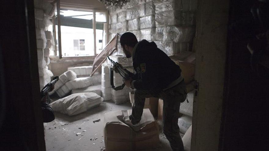 Un rebelde sirio preparándose para disparar contra soldados del ejército