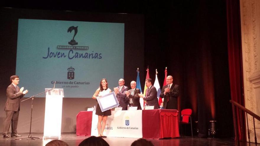 Johanna Capote Robayna, este viernes, en el momento de recoger el accésit al Premio Individual del Galardón y los 'Premios Joven Canarias 2014'