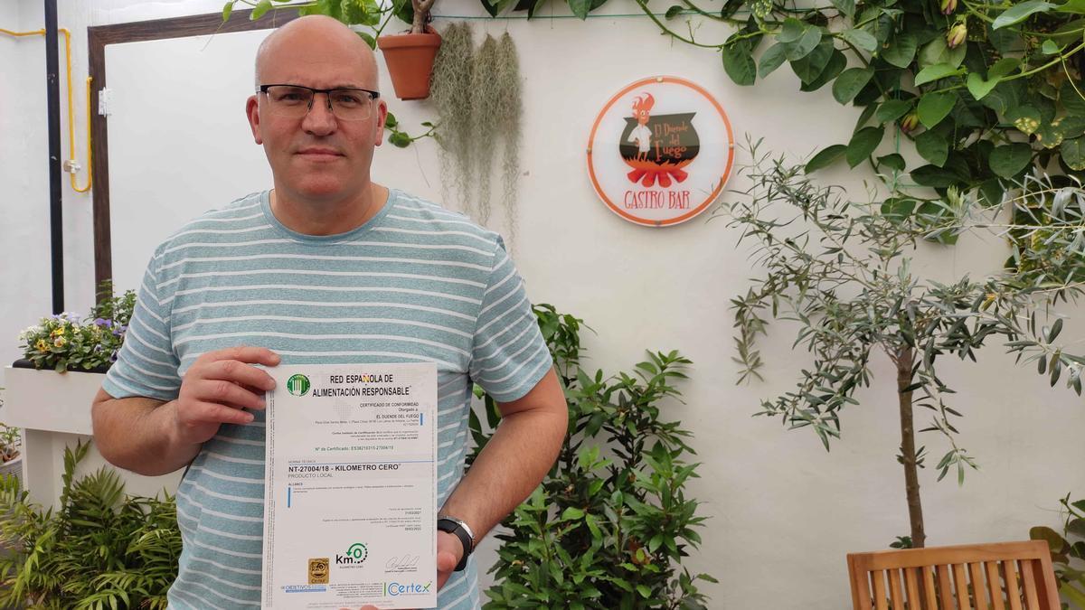 Pedro Hernández Castillo muestra el certificado.