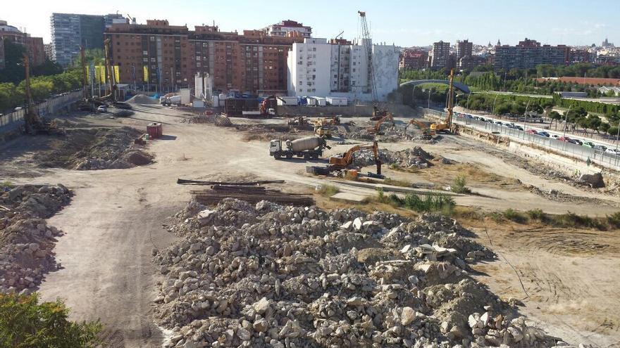 Maquinaria trabajando en la parcela del Plaza Río 2 / eldiario.es