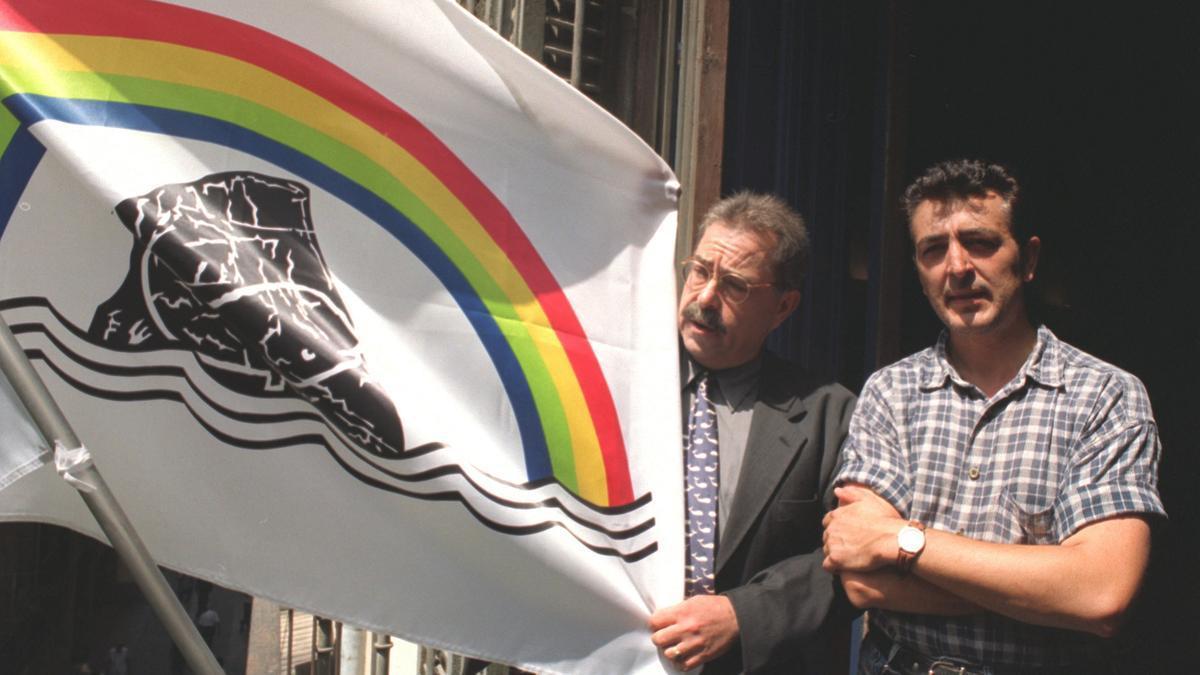 """El dibujante, Romeu (i) y Manolo García, cantante de """"""""El Último de la Fila"""""""