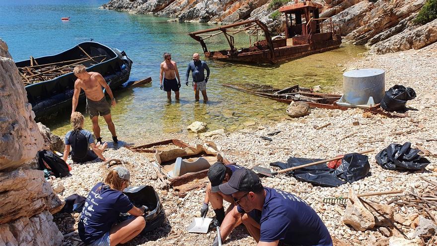 Retiran 76 toneladas de basura de las costas de la isla griega de Ítaca