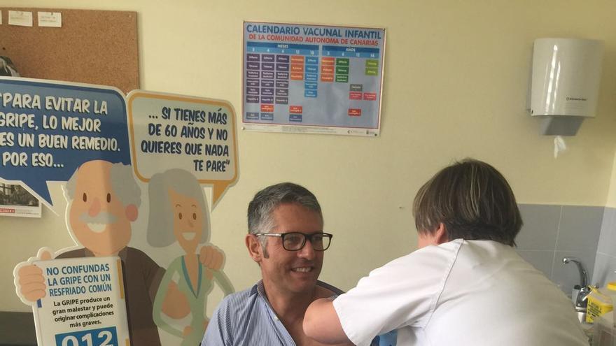 Alberto Taño en el momento de la vacunación.